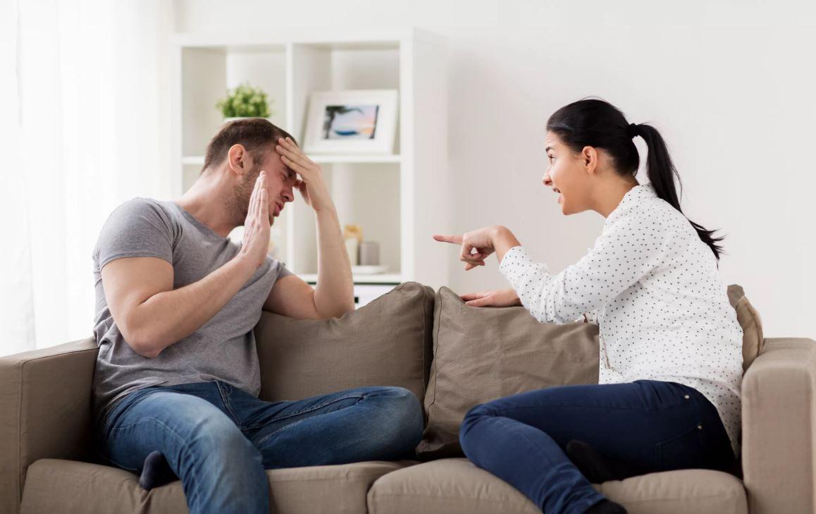 Чтобы помочь матери расплатиться с кредитами, сын будет работать по 12 часов без выходных. Деньги есть, но жена не дает для свекрови