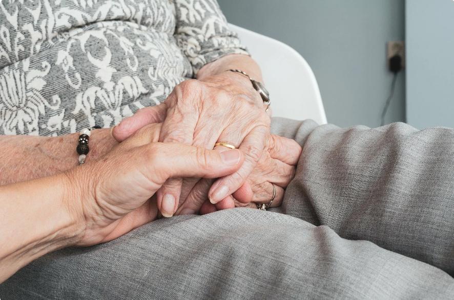 Бабушка платит внучке деньги за помощь
