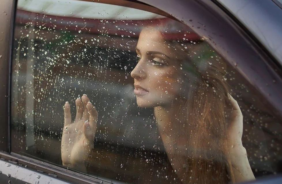 Бросила мужа, перебравшего на свадьбе сестры, на улице, и уехала домой: «Я ему не мамочка!»