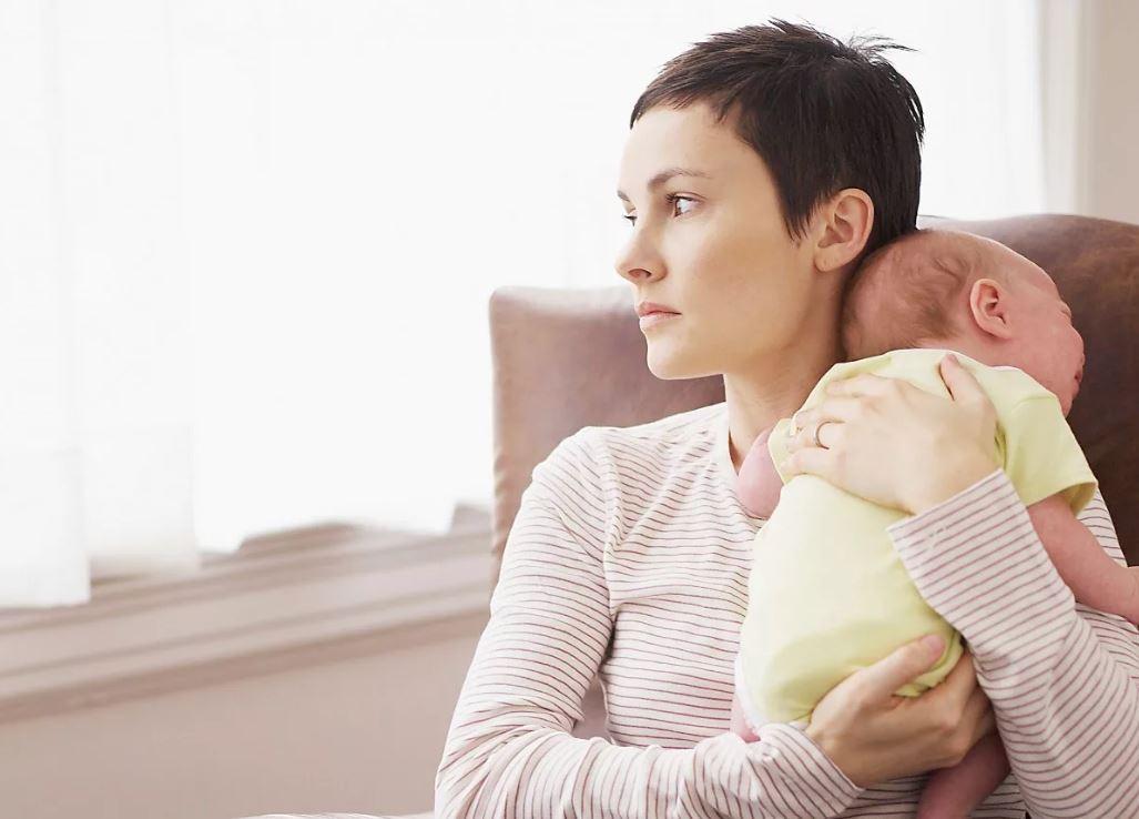 Хочу позвонить биопапе и сказать, что родила, но мама против: «Уважай себя, имей гордость!»