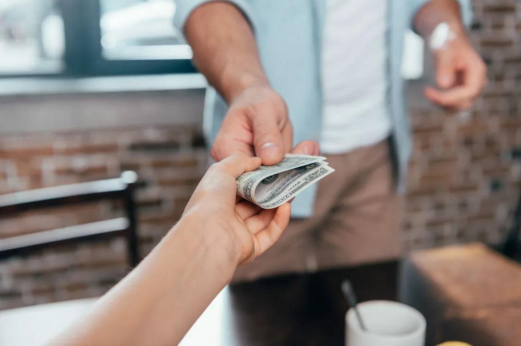 «Я могу помочь только деньгами!» — заявил брат, и к больной матери даже не подходит