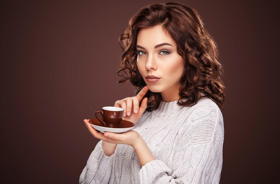 «Каждый платит за себя»: у девушки – чашечка кофе, у мужчины – куча закусок, салат и горячее