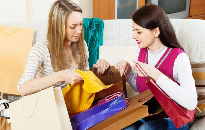 «Ладно уж, давай свои пакеты, раз больше некуда девать!» — говорит малообеспеченная подруга вместо «спасибо»