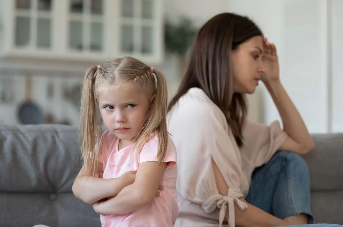 Мать требует, чтобы дочь отдала ребенка бывшему мужу на перевоспитание: «Ты с Алисой не справляешься!»