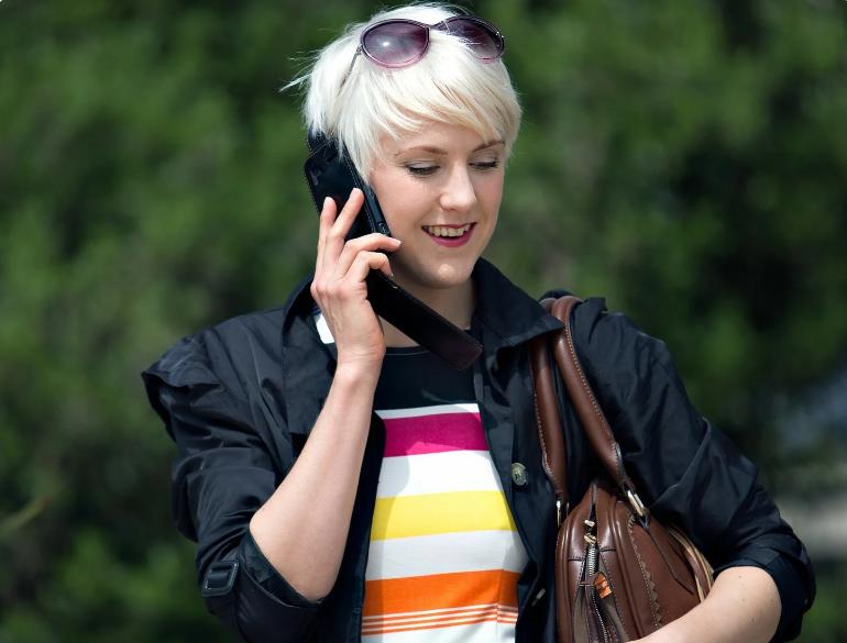 Мило общается с бывшим мужем по телефону так, чтоб слышала его жена