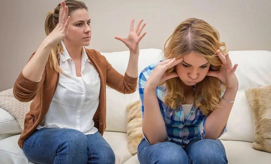 Младшая сестра критикует старшую за вечное безденежье, сидя на шее мужа и самостоятельно ни дня не проработав