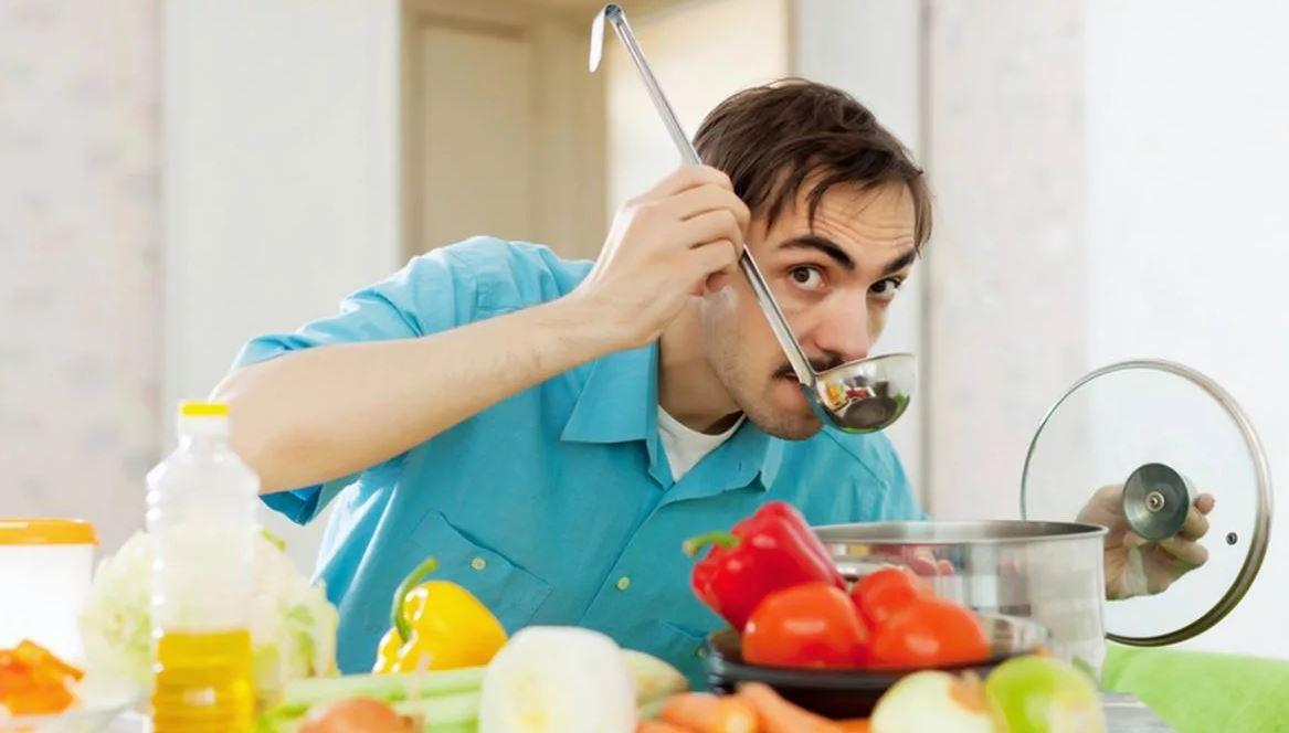 Муж ест и не думает о семье