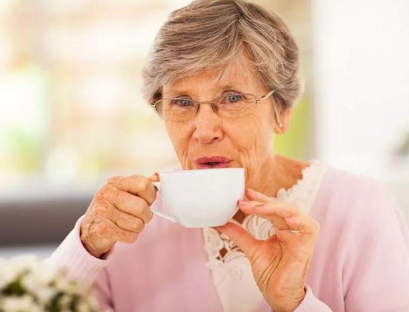 Мужу – нормальный обед со стейком, а матери – чай с сушками и плошечку гречки