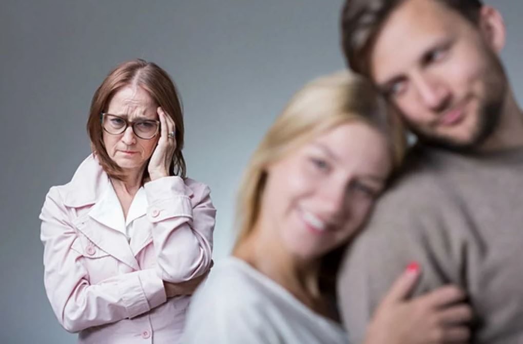 «Ну не разводиться же мне из-за того, что Денис мою мать терпеть не может!» – разводит руками Марина