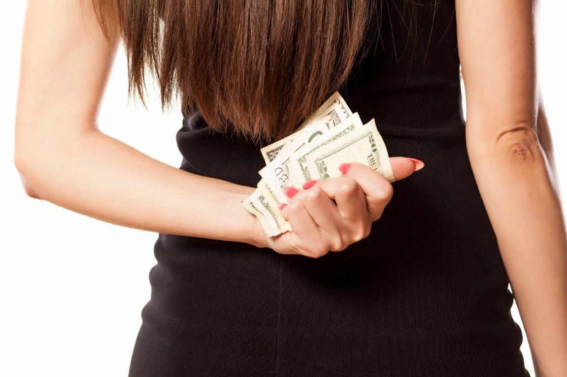 Откладывала деньги в заначку, а когда узнала, что так же поступает муж, обиделась: «Мне можно, у меня дети, а он – эгоист!»