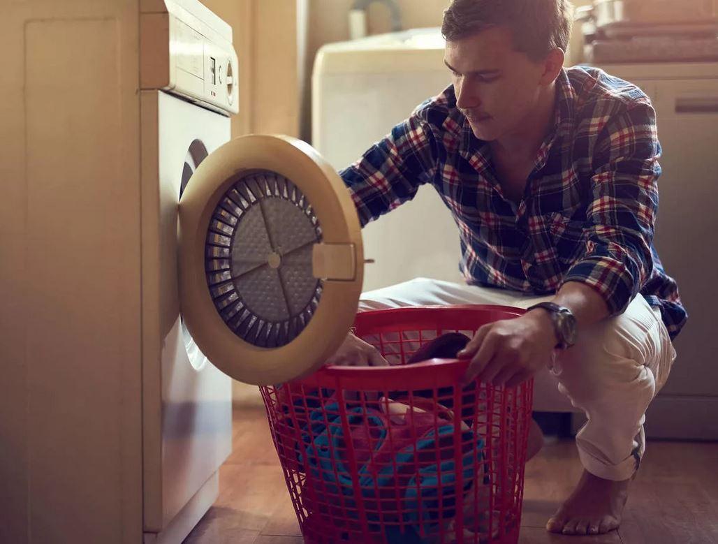 Предъявляет свекрови претензии: «Костя ни к чему не приучен, носки стирать его надо учить!». Но зачем стирать носки, если есть стиральная машина?