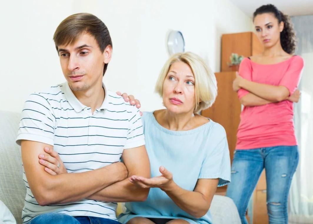 Разматывает деньги мужа, чтобы меньше досталось свекрови