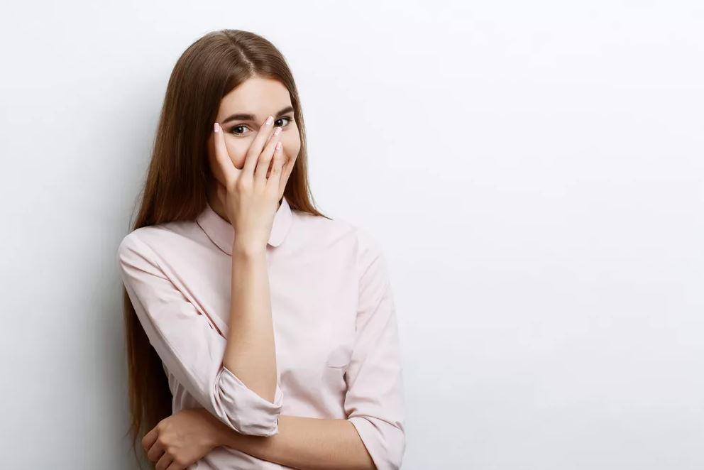 Сестре любовник квартиру подарил. Мой муж в шоке и запретил с ней общаться: «Она легкого поведения»