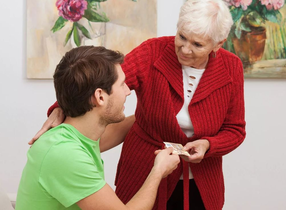 Сын помогает матери и не знает, что завещание переоформлено на дочь. «А что, без денег он бы не помогал?»