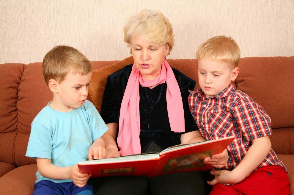 Старшему внуку на день рождения альбом с фломастерами, а младшему – недешевый планшет. «Так ведь старший не родной», – объясняет бабушка