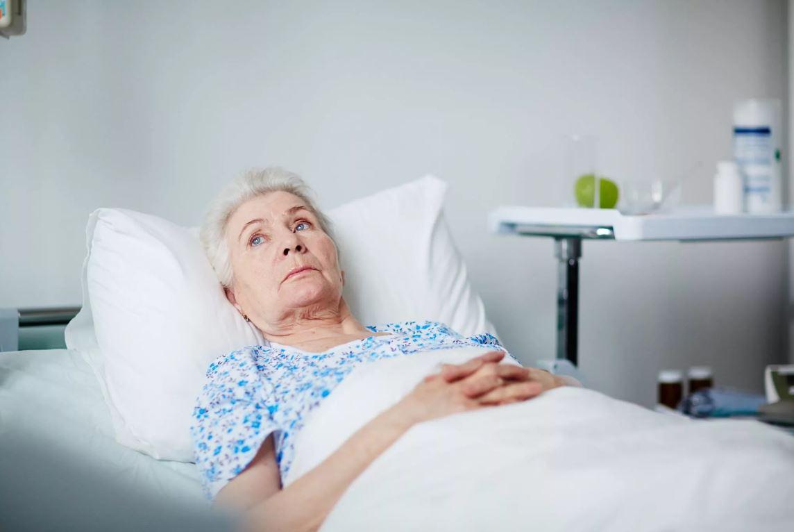 Свекровь просит у сына денег на бесплатную операцию: «Заплачу врачам, так хоть внимание уделят, а нет, так буду лежать, никому не нужная»