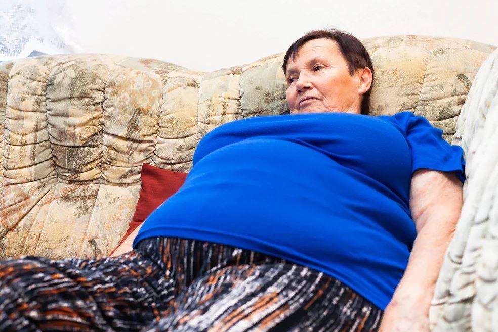 Свекровь просит нанять ей домработницу, а невестка категорически против: «Я себе-то не нанимаю, убираю сама»