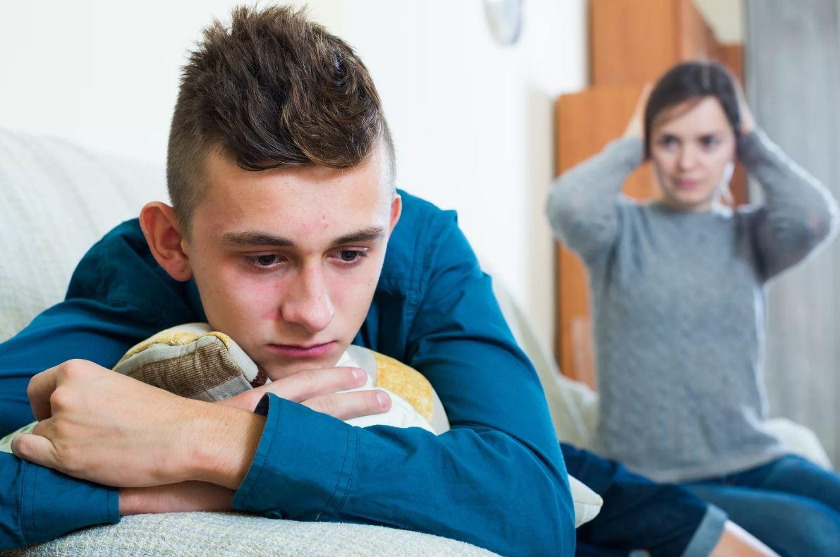 Сын-подросток пошел вразнос, мать не справляется, а ее новый муж помочь в воспитании не хочет: «Это твои проблемы!»