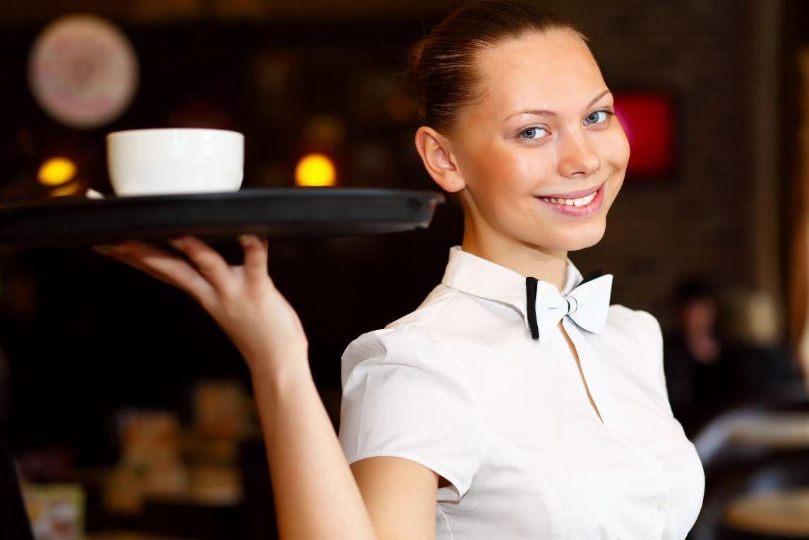 Требовала, чтобы дочь устроилась хоть на какую работу, та и устроилась официанткой: «Покатилась на дно из-за матери»