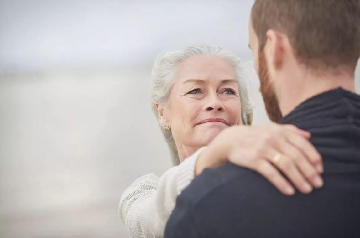 Узнала, что муж втихаря общается со своей матерью, хотя обещал этого не делать