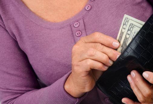Выпрашивает деньги у сына, чтоб невестка не растранжирила: «А я накоплю и им же отдам»