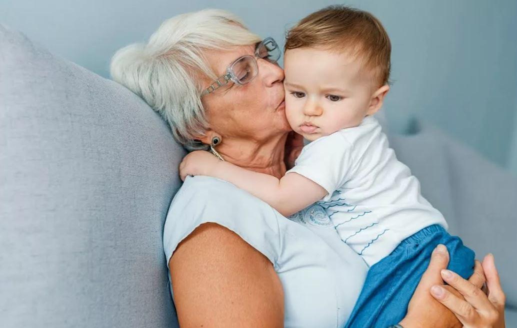 Зять категорически против, чтобы теща помогала дочери с ребенком. Поэтому на помощь приходится приходить тайком