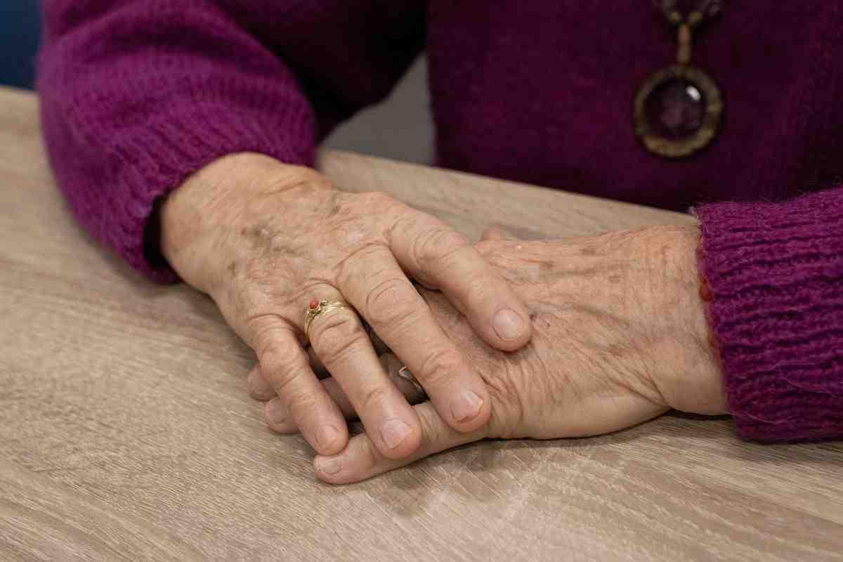 Обязана ребенка воспитывать так, чтоб он бабушку любил?