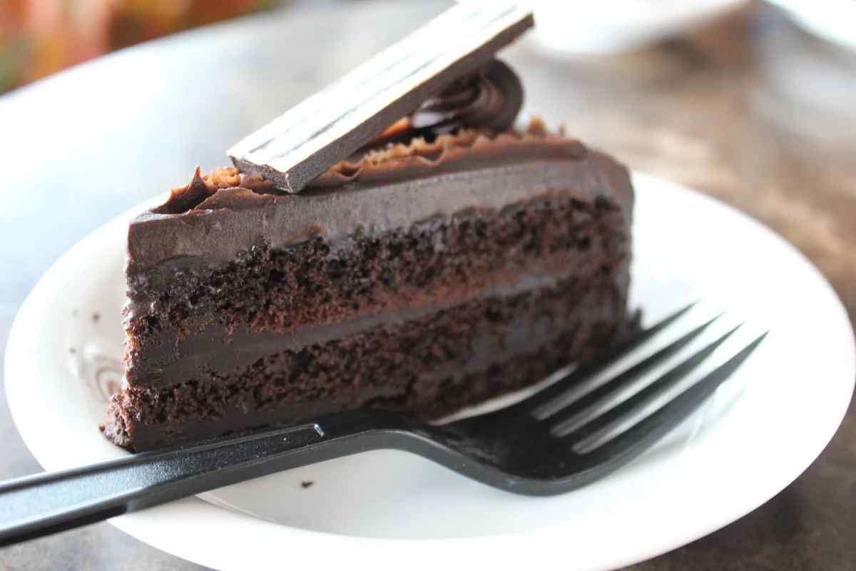Пятилетний внук выбрал себе кусок торта с шоколадной фигуркой, но свекровь забрала эту тарелку себе: «У меня день рождения, мне – все лучшее!»